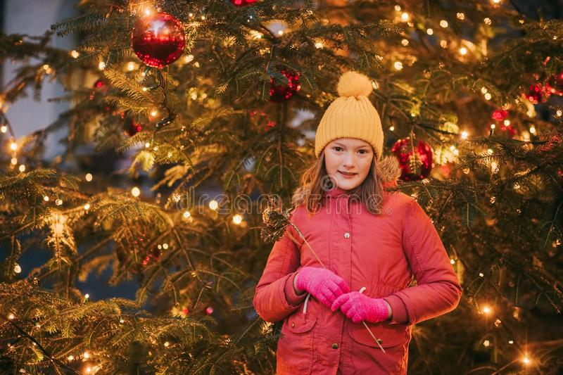 Openluchtportret van meisje naast Kerstboom royalty-vrije stock afbeelding