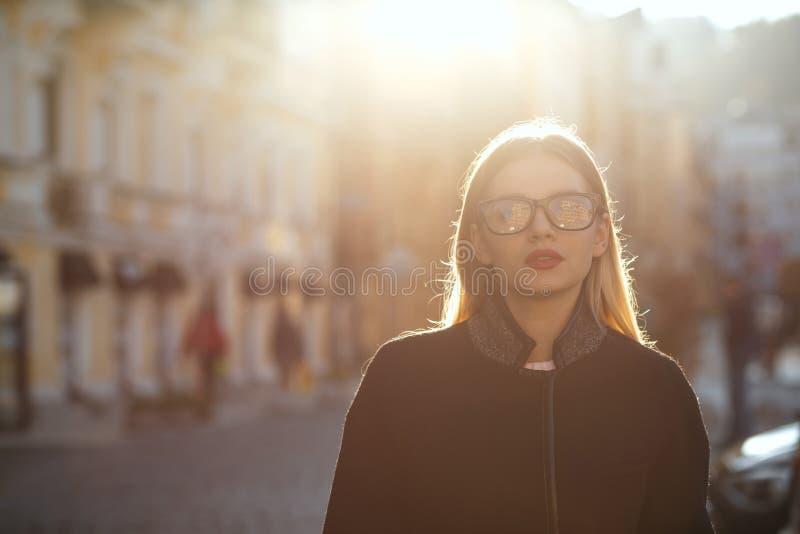 Openluchtportret van modieus blondemeisje met rode lippen die gl dragen royalty-vrije stock foto's