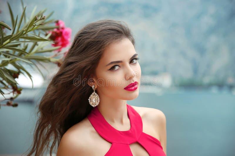 Openluchtportret van Mooi meisje met lang golvend haar, rode lippen stock afbeeldingen