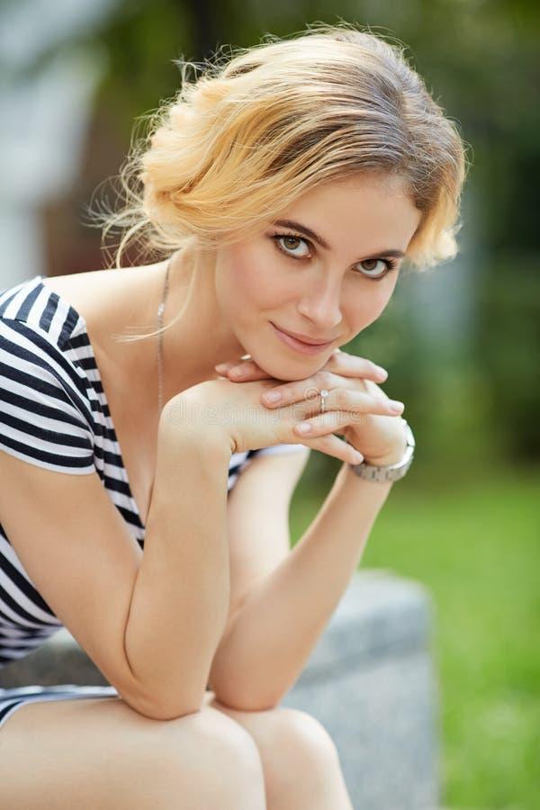 Openluchtportret van mooie blonde jonge vrouw stock afbeelding