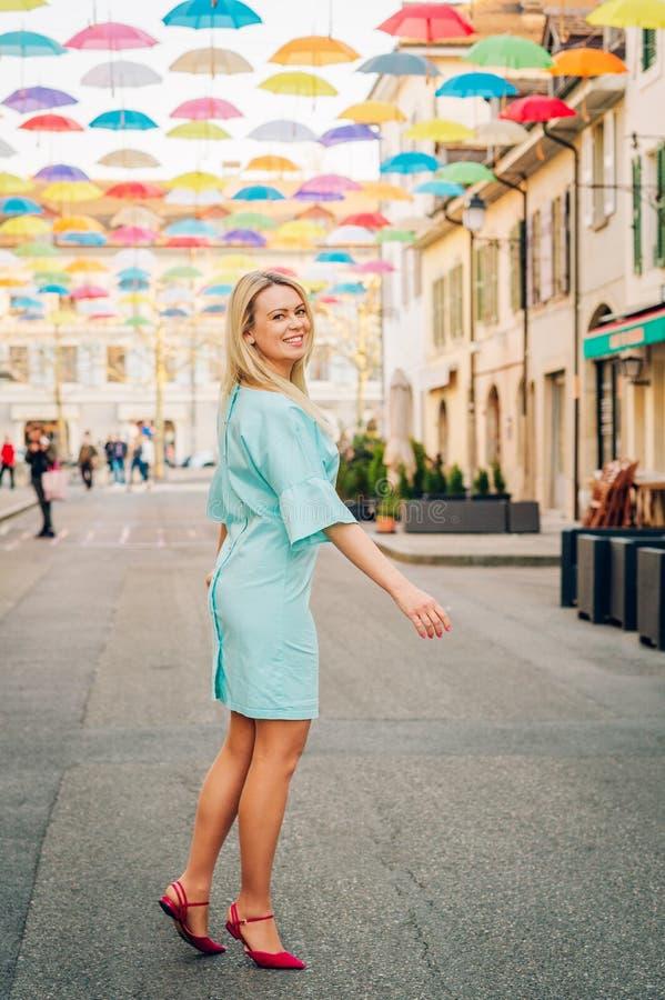 Openluchtportret van mooie blonde vrouw royalty-vrije stock foto