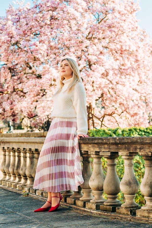 Openluchtportret van mooie blonde vrouw royalty-vrije stock afbeelding