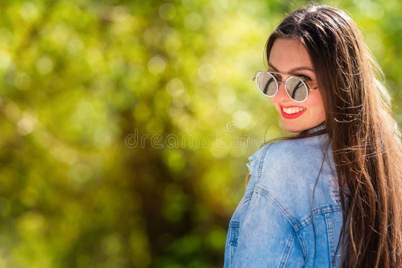 Openluchtportret van mooie, emotionele, jonge vrouw in zonnebril Zachte Achtergrond De ruimte van het exemplaar royalty-vrije stock foto's