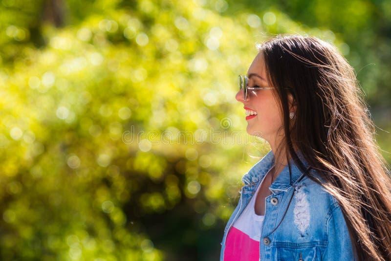 Openluchtportret van mooie, emotionele, jonge vrouw in zonnebril Zachte Achtergrond De ruimte van het exemplaar stock afbeeldingen