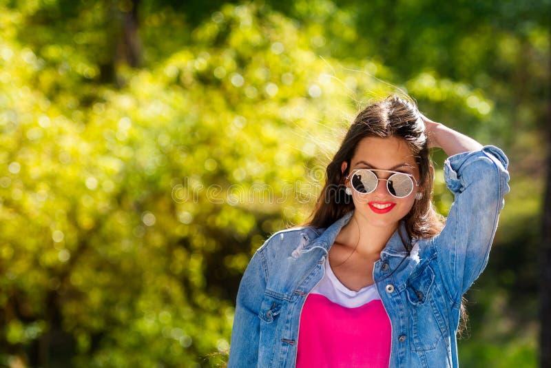 Openluchtportret van mooie, emotionele, jonge vrouw in zonnebril Zachte Achtergrond De ruimte van het exemplaar royalty-vrije stock afbeeldingen