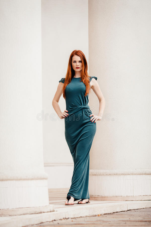 Openluchtportret van mooie roodharige jonge vrouw royalty-vrije stock afbeelding