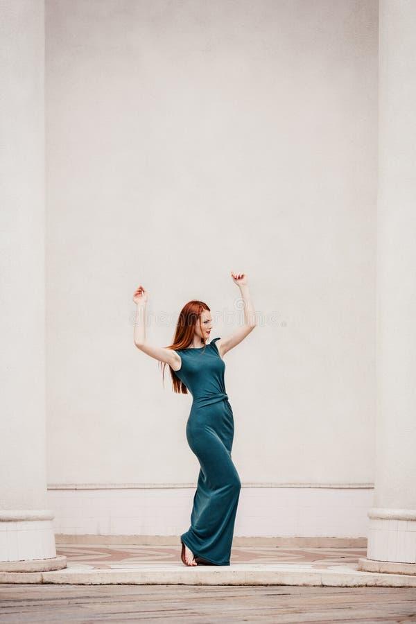 Openluchtportret van mooie roodharige jonge vrouw royalty-vrije stock foto's
