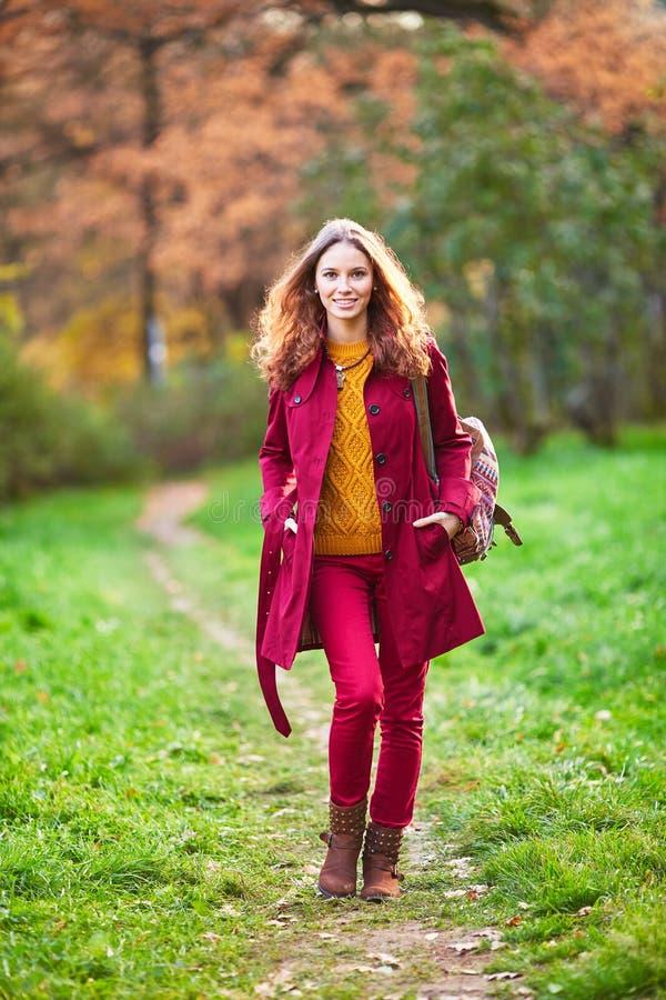 Openluchtportret van mooie roodharigevrouw stock foto