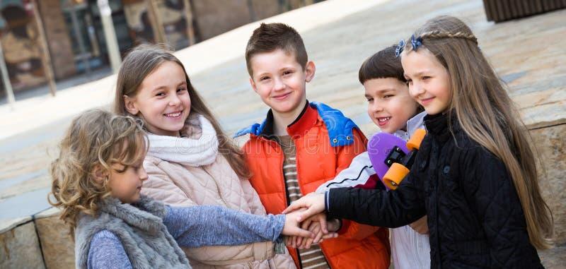 Openluchtportret van ondergeschikte schooljonge geitjes royalty-vrije stock afbeelding