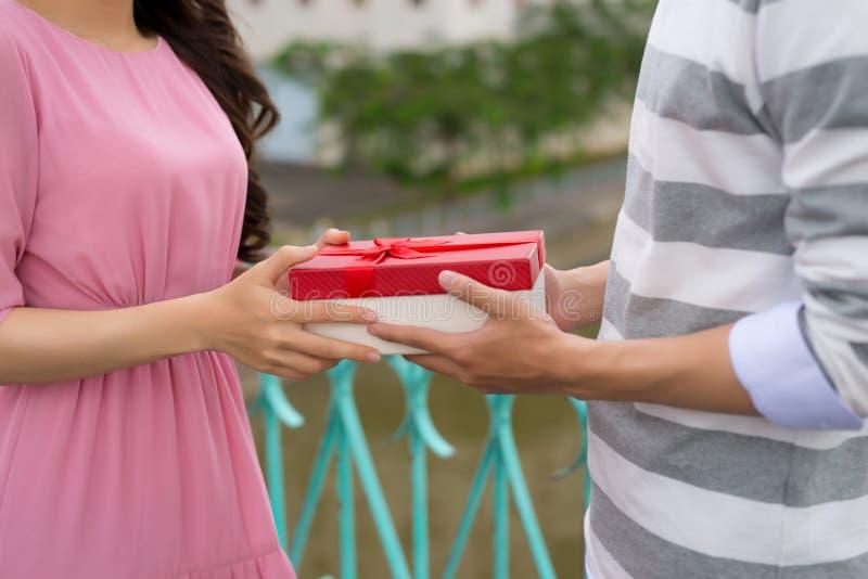 Openluchtportret van romantisch jong paar die pret hebben royalty-vrije stock foto's