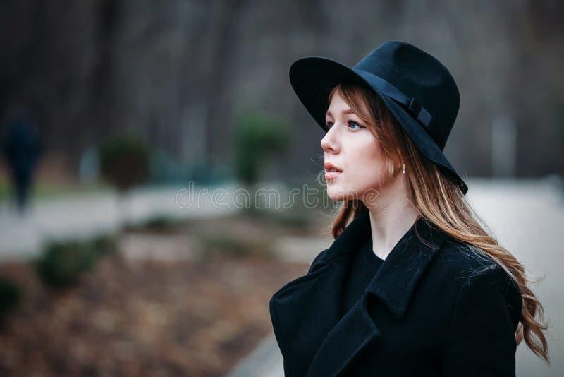 Openluchtportret van romantische, vrij elegante zaken die van een langharige vrouw, van een wandeling genieten door de stad Foto  stock foto