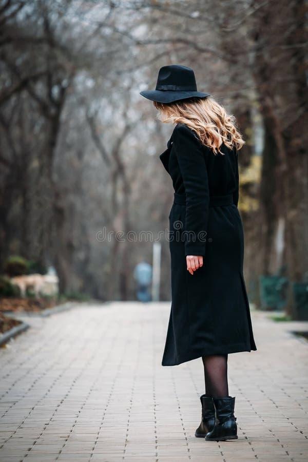Openluchtportret van romantische, vrij elegante zaken die van een langharige vrouw, van een wandeling genieten door de stad stock afbeeldingen
