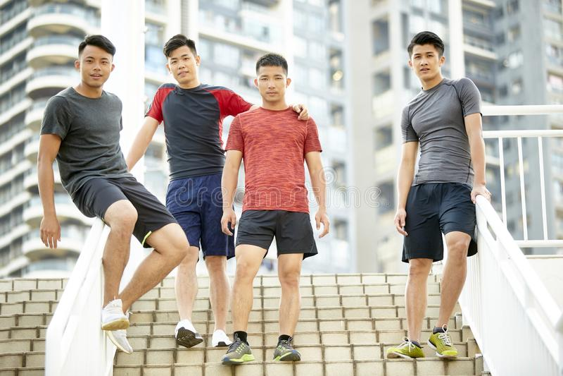 Openluchtportret van vier jonge Aziatische atleten royalty-vrije stock afbeelding