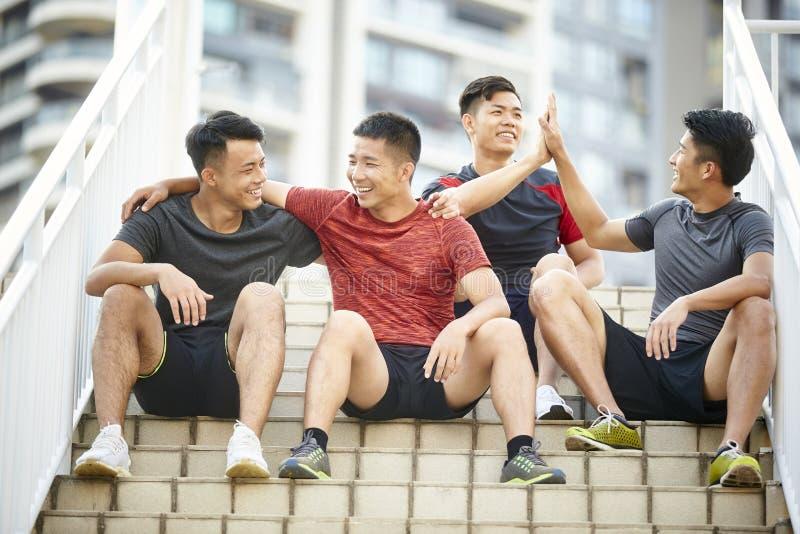 Openluchtportret van vier jonge Aziatische atleten royalty-vrije stock afbeeldingen