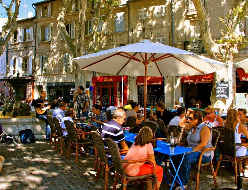 Openluchtrestaurant, Avignon stock afbeelding