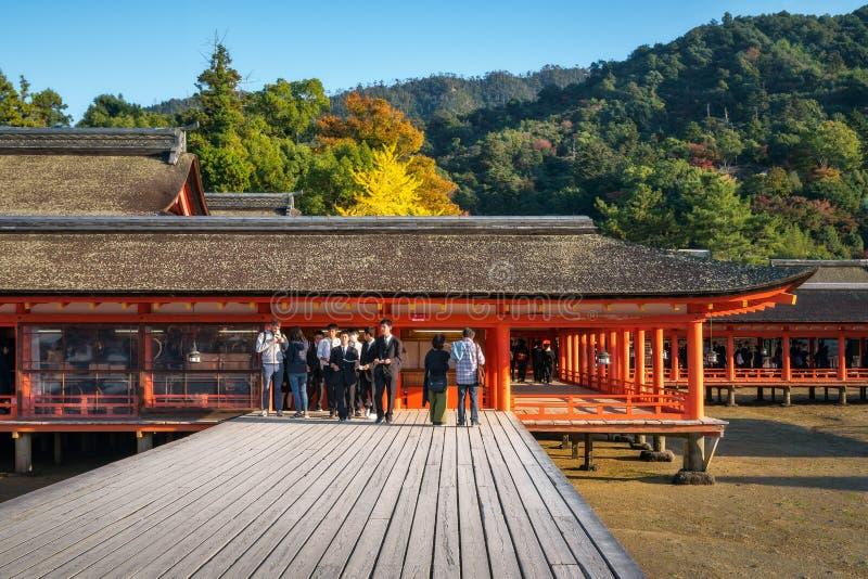 Openluchtstadium bij het heiligdom van itsukushimashinto in de herfst in Miyajima, Japan stock foto