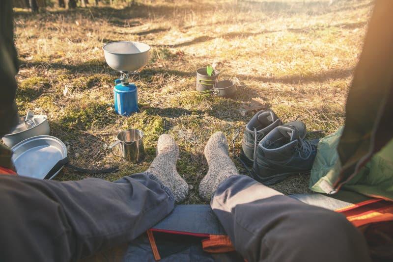 Openluchttoerisme - wandelaarvoeten met wolsokken uit de tent stock foto