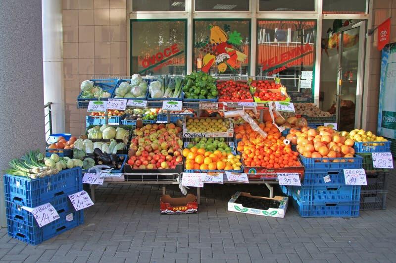 Openluchttribune met groenten en vruchten in Tsjechisch Brno, stock foto
