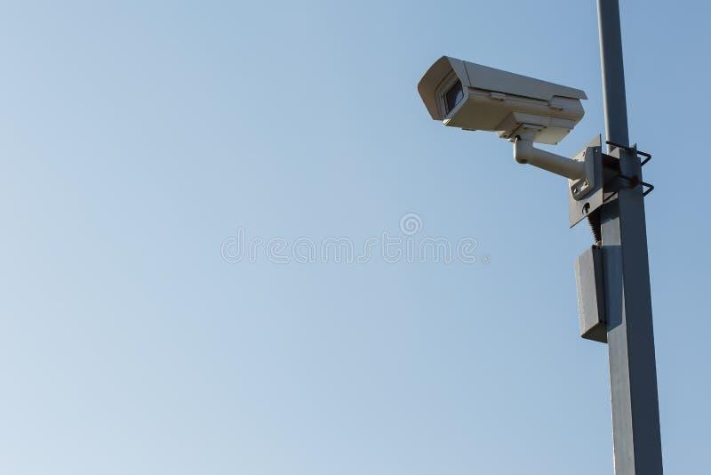 Openluchtveiligheidscamera op blauwe hemelachtergrond royalty-vrije stock fotografie