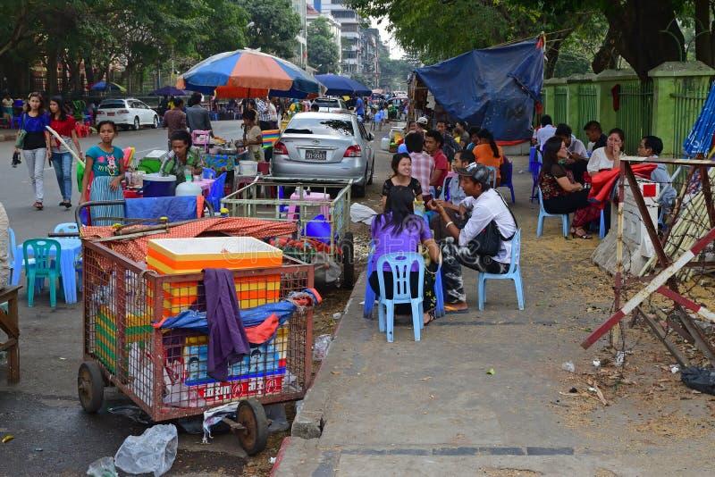 Openluchtventer foodstall door de wegkant met lijsten en stoelen stock afbeeldingen