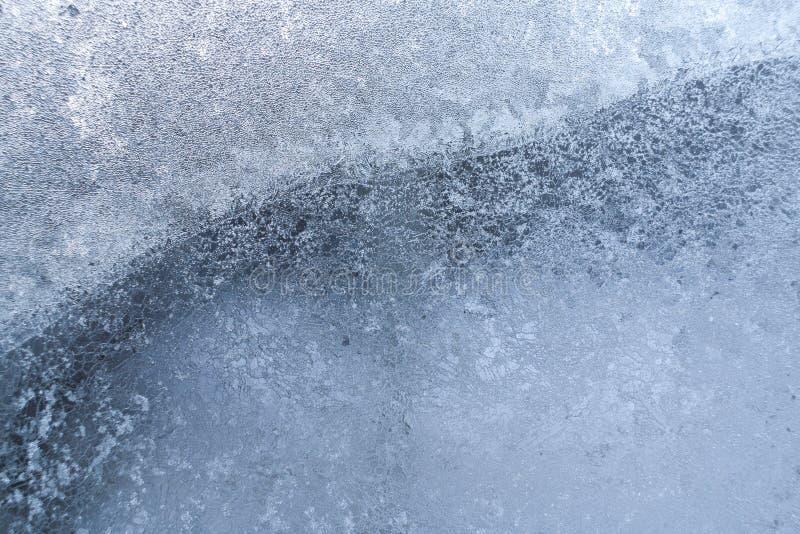 Openwork eisige Zeichnung auf gefrorenem Fensterglas als Hintergrund oder Tapete stockfotografie