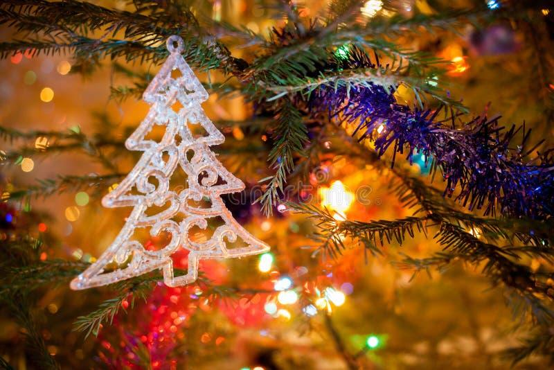 Openwork Weihnachtsbaum Spielzeug des neuen Jahres, der an funkelndem Weihnachtsbaum hängt lizenzfreie stockbilder
