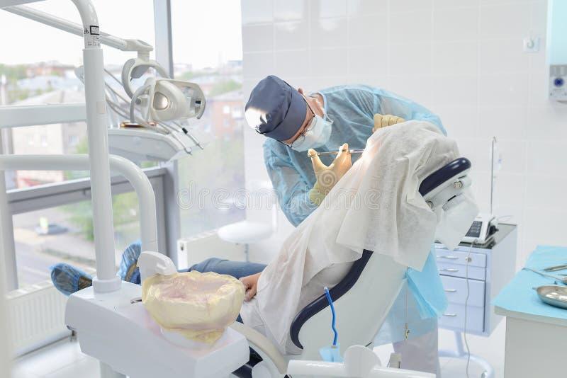 Operação da cirurgia dental na clínica moderna do dentista, cirurgião que faz a injeção ao paciente imagem de stock royalty free