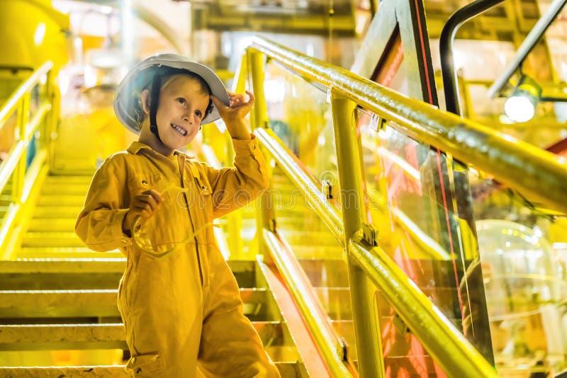Operação da gravação do operador do menino do processo do petróleo e gás no óleo e na planta do equipamento, indústria de petróle imagens de stock