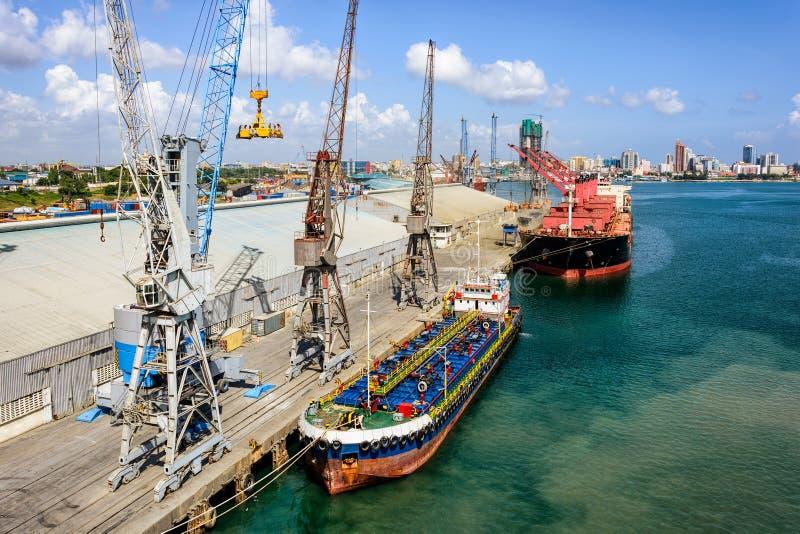Operações da carga no porto de troca foto de stock