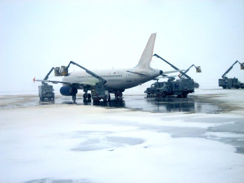 Operações de remoção do gelo v1 do avião imagens de stock