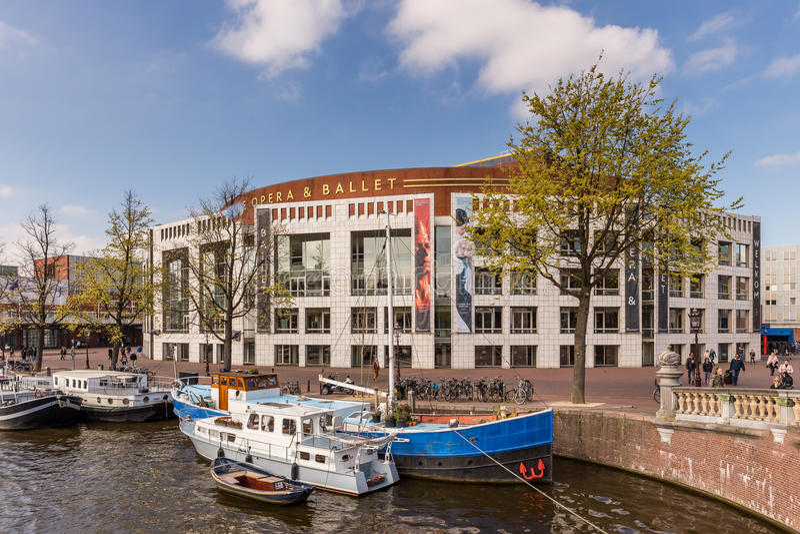 Opera e balet a Amsterdam con le barche sul canale fotografie stock libere da diritti