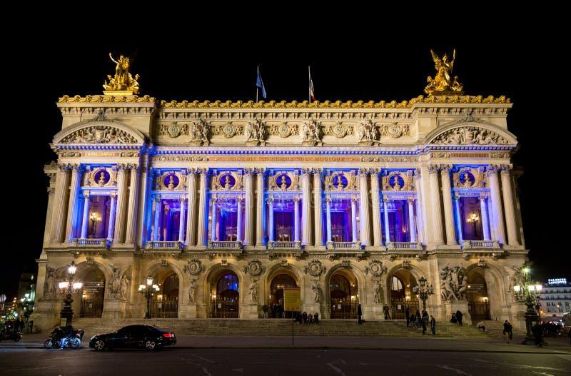 Opera House in Parijs verlicht tijdens de avondwedstrijd royalty-vrije stock fotografie