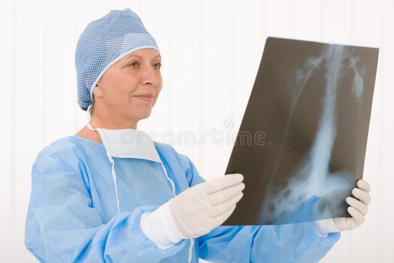 Operación femenina de la radiografía del asimiento del cirujano mayor total fotos de archivo libres de regalías