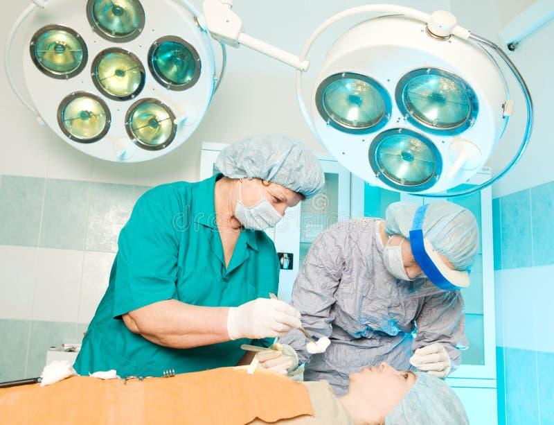 Operación médica seria imagenes de archivo