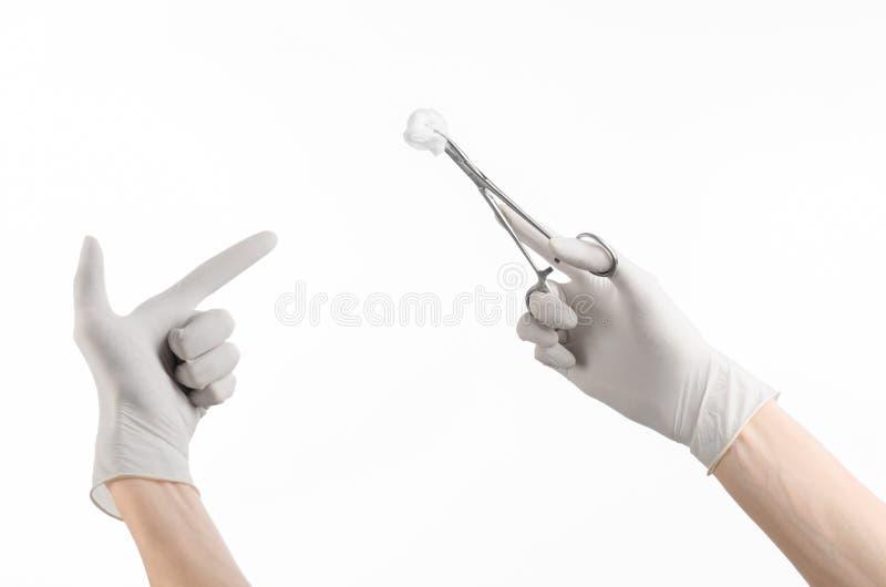 Operaci i medycyny temat: lekarki ręka w białej rękawiczce trzyma chirurgicznie kahat z mopem odizolowywającym na białym tle zdjęcie stock