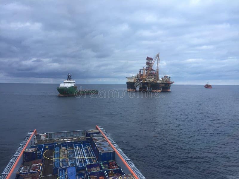 Operaciones del cargo de cubierta en el mar fotos de archivo