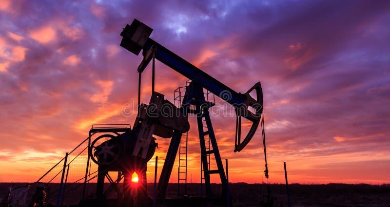 Operacyjny ropa i gaz well i zmierzchu niebo obrazy stock