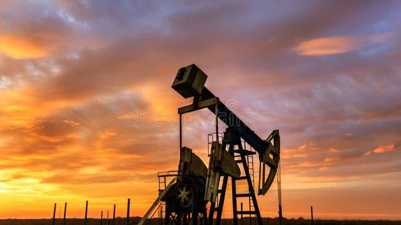 Operacyjny ropa i gaz well i zmierzchu niebo obrazy royalty free