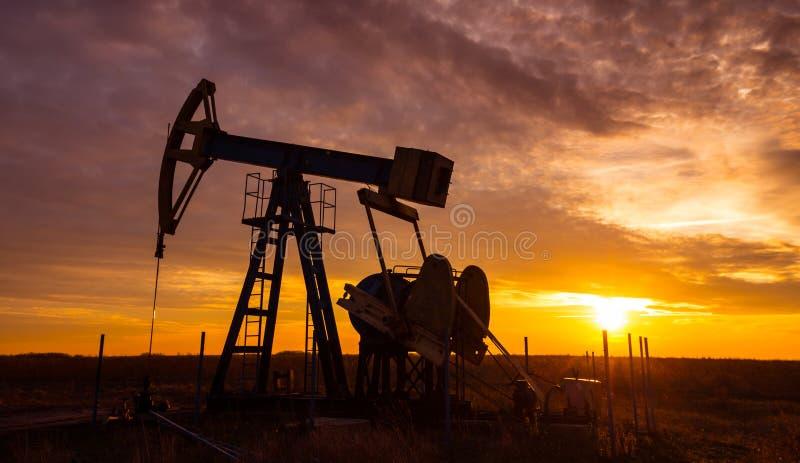 Operacyjny ropa i gaz well i zmierzchu niebo fotografia royalty free