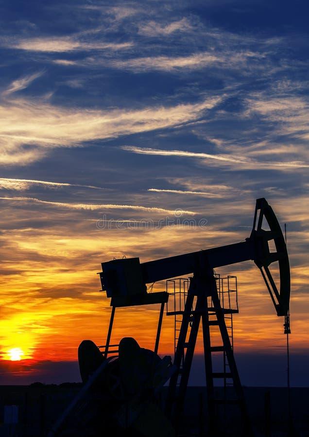 Operacyjny ropa i gaz well kontur, zarysowany na zmierzchu zdjęcia stock