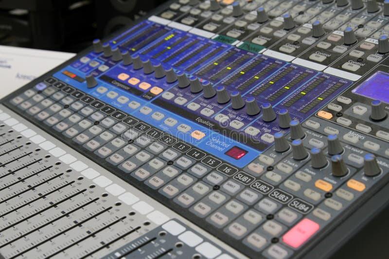 Operador audio profissional que trabalha em botões audio do misturador durante a emissão viva da tevê foto de stock royalty free