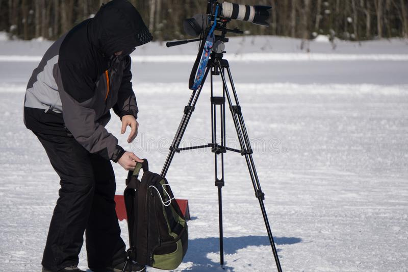 Operador cinematográfico com uma câmara de vídeo na tevê do relatório do tiro Transmissão de tevê na cidade grande fotografia de stock royalty free