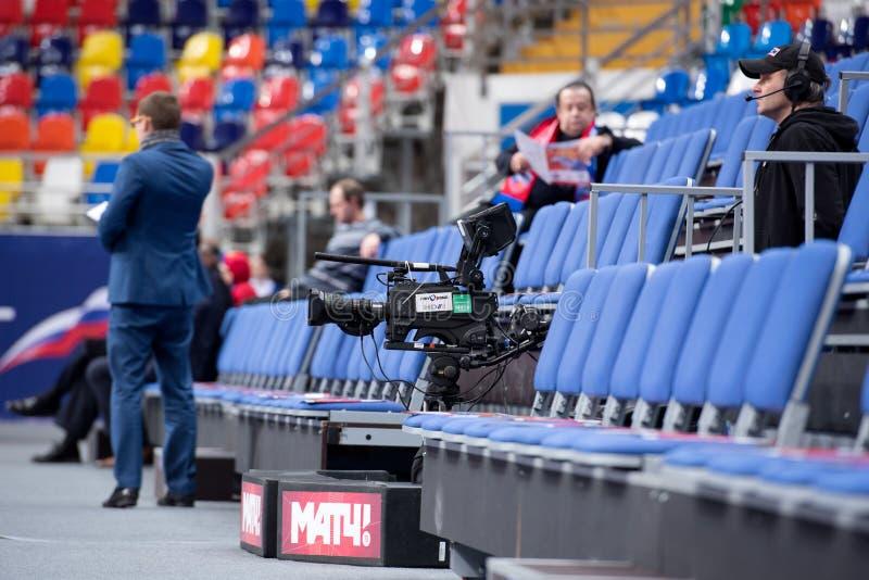 Operador cinematográfico e câmara de televisão da transmissão imagem de stock