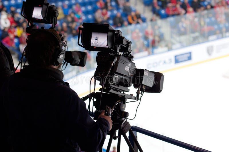 Operador cinematográfico no jogo de hóquei em gelo imagens de stock royalty free