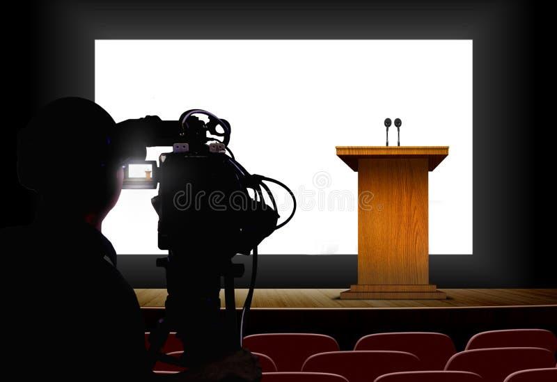 Operador cinematográfico que dispara em um pódio com tela vazia ilustração stock