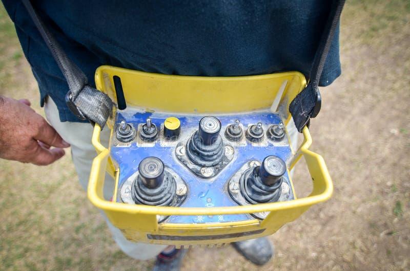 Operador da bomba concreta com controlo a distância para o caminhão a da bomba do crescimento fotos de stock