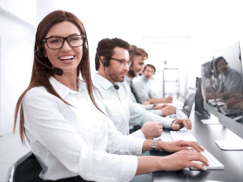 Operador da mulher no local de trabalho no centro de atendimento fotografia de stock royalty free