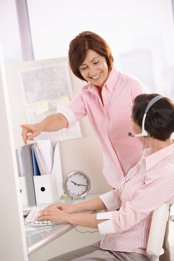Operador de ajuda do serviço de atenção a o cliente do supervisor foto de stock