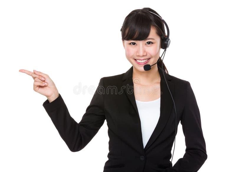 Operador de centro de atendimento com ponto do dedo acima foto de stock royalty free