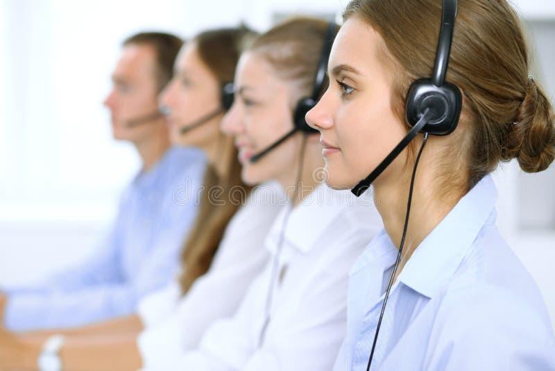 Operador de centro de atendimento nos auriculares ao consultar o cliente Vendas da televenda ou do telefone foto de stock royalty free